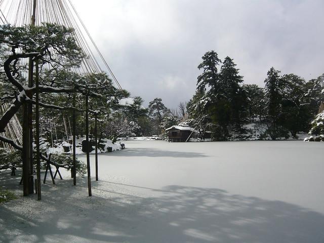凍結した兼六園の池