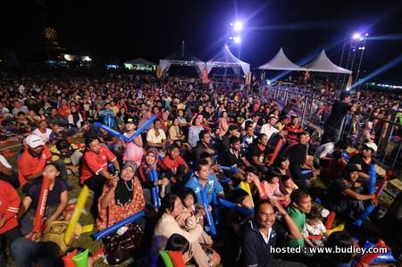 Penonton Membanjiri Taman Bandar Pasir Gudang Menonton Konsert