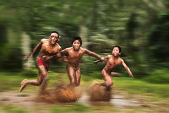 Abangan, Ubud - Having fun on the muddy field (Mio Cade) Tags: boy bali field children indonesia kid child mud run dirty splash panning muddy ubud abangan
