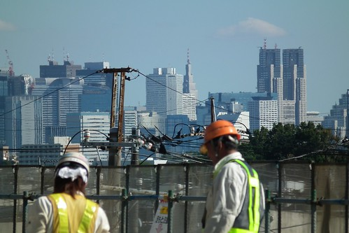高層ビルと工事現場