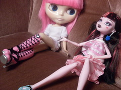 LOL!! just found out my Blythe's legs DO bend!!