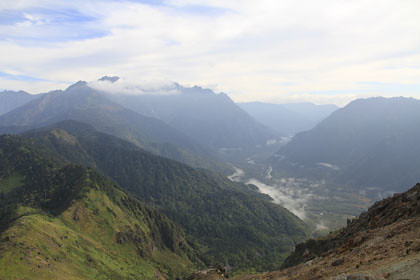 焼岳から見た上高地と穂高岳