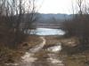 un sentiero che sbuca sull'acqua