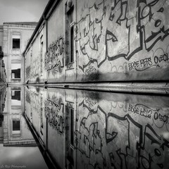 Graff Reflex (Le***Refs *PHOTOGRAPHIE*) Tags: street bw white black reflection art water graffiti nikon pluie nb reflet nimes hopital hdr urbex symetrie d90 abandonner lerefs