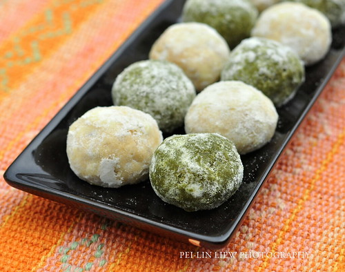 Pastelitas de Boda (Mexican Wedding Cakes, a.k.a. Russian Tea Cakes or Pecan Butter Balls): Vanilla (Plain) and Matcha Flavored