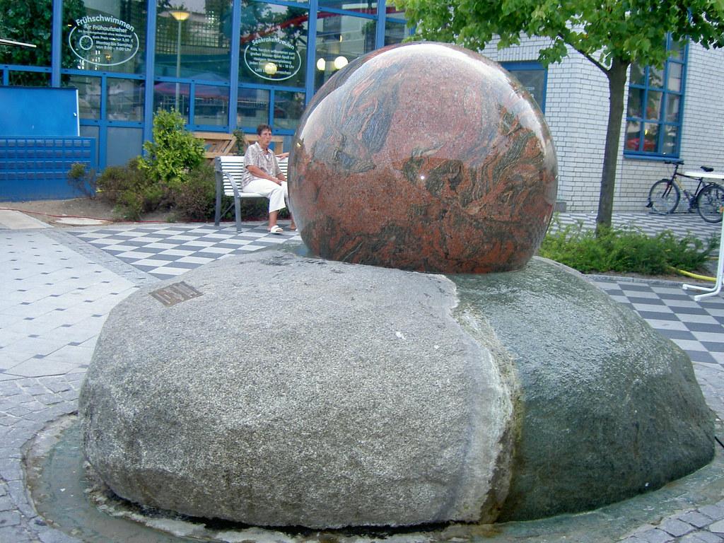 Schwimmende Kugel Brunnen Grömitz (Stonebusiness Naturstein) Tags:  Springbrunnen Brunnen Fliesen Küche Sandstein