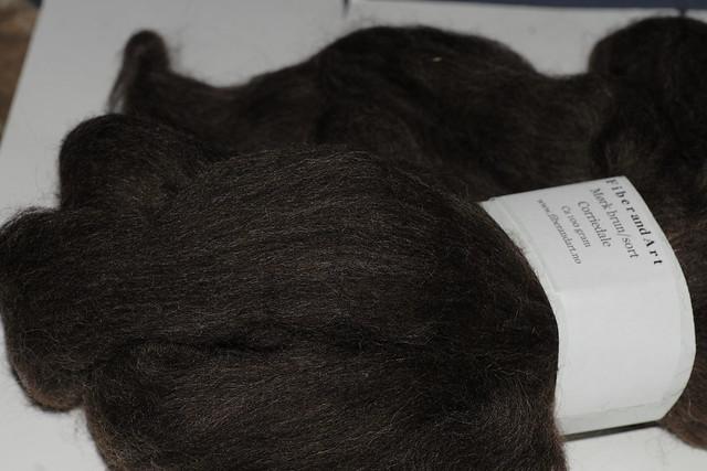 Mørk brun Corriedale ull fra Fiberandart    IMG_4046