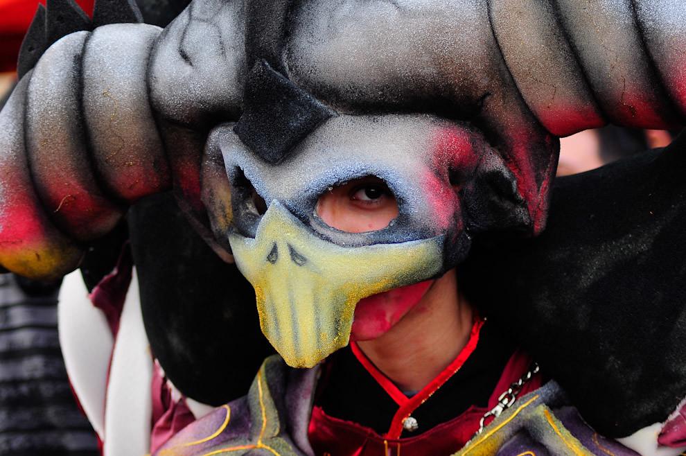 """Una vista de primer plano de un participante que vino desde Ciudad del Este disfrazado de Warlock, gana el concurso de disfraces y performance o """"Cosplay"""",  durante un evento de Manga Animé Cosplay Karaoke llevado a cabo el 2 de Octubre en el complejo """"Textilia"""" de Asunción. (Elton Núñez - Asunción, Paraguay)"""