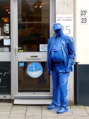 JANUARY 17, 2011: BLUE MONDAY (Akbar Simonse) Tags: street blue people holland art netherlands blauw photographer candid kunst streetphotography denhaag thehague streetshot blueman straat fotograaf airmiles bluemonday straatfotografie straatfoto dedoka akbarsimonse blauweman devlaming sparenengenieten