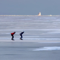 Speed skating next to the lighthouse of Marken (Bn) Tags: winter snow cold holland ice dutch sunshine hai