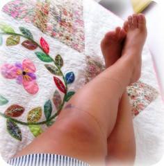 Vou ali descansar as pernocas com meu Besouro! (Joana Joaninha) Tags: amor felicidade pernas bem casal colcha besouro 2011 joanajoaninha hellennilce
