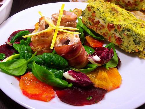 Involtini di spada, prugne e speck su doppia insalata con gateau di patate, cime di rapa e cacio cavallo