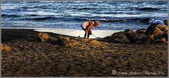 Buscant el tresor.  (Cunit - Catalunya) (Antoni Gallart i Vilarrasa) Tags: cunit platja playa beach lumix mar sea agua aigua water oldman viejo vell buscador cercador seeker rocas roques rocks sunset postadesol ocaso tesoro tresor treasure