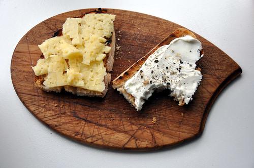 Brød med Västerbotten-ost og røget gedeost