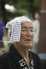 Old man with a headband walks along with his neighbourhood drum band (Otomodachi) Tags: man festival japan japanese glasses oldman parade neighborhood westcoast matsuri matsue bril headband happi stoet japanse buurt jasje oudeman westkust wijken hoofdband