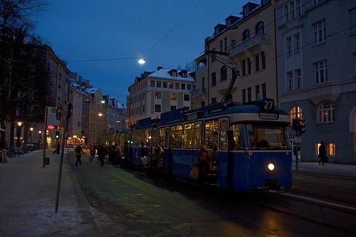 Fahrgastwechsel zur blauen Stunde am Hohenzollernplatz