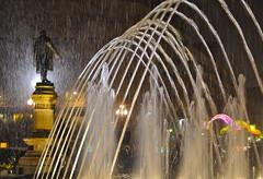 EL POETA ENTRE LA VENTISCA .... (marthinotf) Tags: navidad nikon fuente valladolid nocturno ventisca isleña superlativas olétusfotos estatuadejzorrila