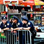 Drei Polizisten warten am Bahnübergang thumbnail