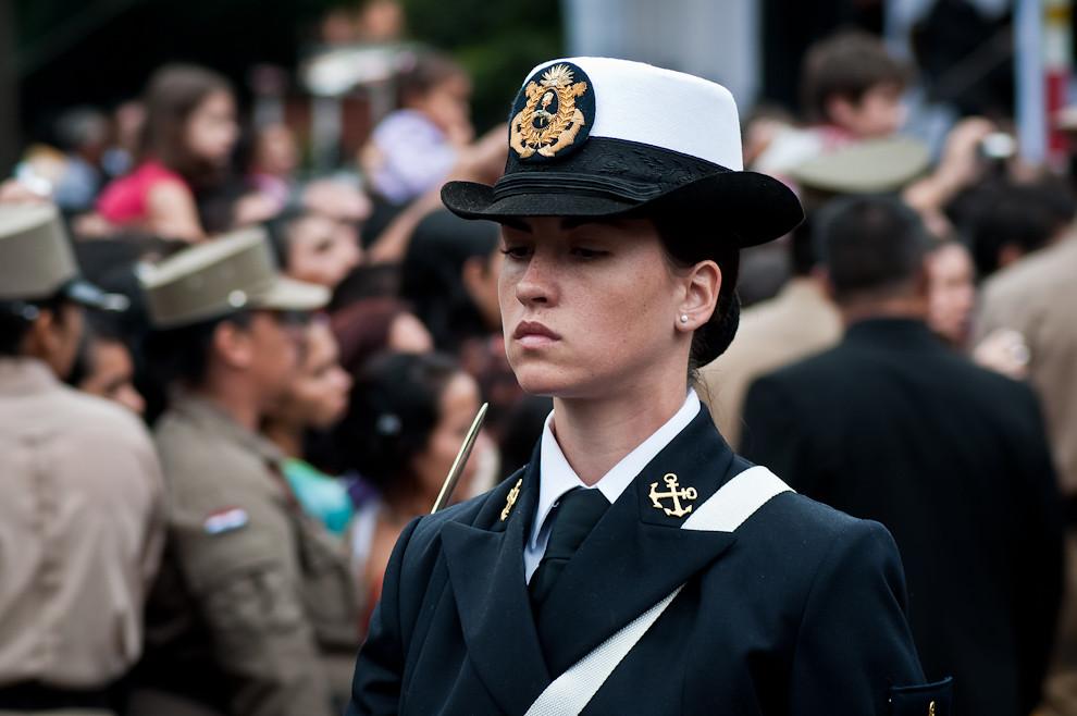 Oficial de la Armada Argentina encabeza el escuadrón de Mujeres, así como otros conjuntos de diferentes armas del país vecino. (Elton Núñez - Asunción, Paraguay)
