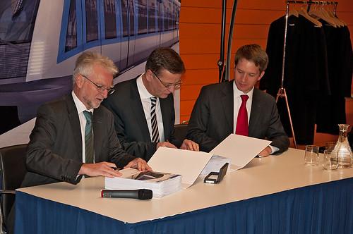 Herbert König, Dr. Hans-Jörg Grundmann und Florian Bieberbach unterzeichnen den Vertrag über die Bestellung der neuen C-Züge