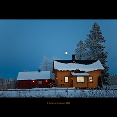 windows at sunset (stella-mia) Tags: windows winter moon house snow cold norway evening explore frontpage sn eveninglight 2470mm explored canon5dmkii veslelien