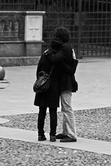 Insieme (scarpace87) Tags: life people bw love couple lovers persone together bologna piazza 70300mm insieme amore vita coppia amanti santostefano innamorati nonsonoio imnotme