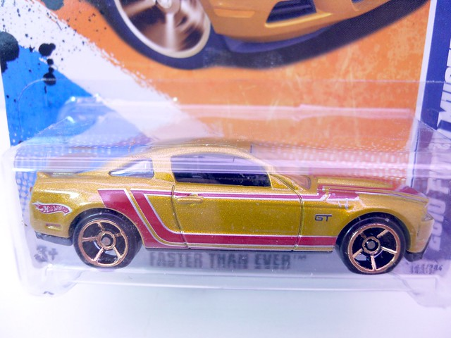 hot wheels 2010 ford mustang gt gold (2)
