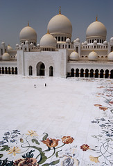 Sheikh Zayed Mosque (.Qanas.) Tags: sky white art design nikon islam uae mosque explore zayed arab huge marble abu dhabi domes 2008 sheikh qanas 30fav 50fav 20fav 40fav