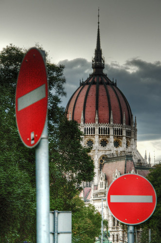 Signals and parliament. Budapest. Señales y parlamento