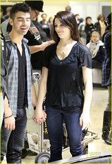 Joe Jonas y Ashley Greene llegando a LAX [HQ photo] (thejonasbloggers) Tags: california ca usa dog dogs walking necklace losangeles airport couple fulllength singer actress holdinghands lax hq justjared ashleygreene joejonas