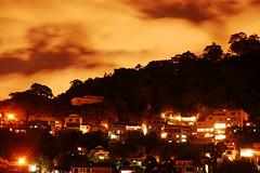 (lincoln koga) Tags: light red brazil sky orange hot rio brasil riodejaneiro night dark nikon laranja cu vermelho nuvens noite luzes escuro quente 2010 laranjeiras maduro koga monocromtico aberto d40 seletivo 18135mm lincolnkoga experiente lincolnseijikoga