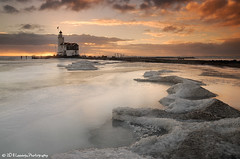 Lighthouse of Marken at sunrise (Nielsast) Tags: winter lighthouse snow ice netherlands sunrise landscape nikon sneeuw nederland nikkor vuurtoren marken landschap ijs d300 nld zonsopkomst mywinners provincienoordholland paardvanmarken