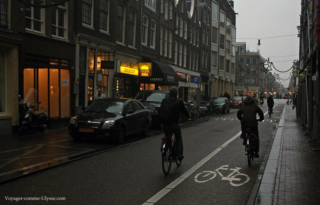 La ville est couverte de pistes cyclables, pas forcément aussi bien indiquées