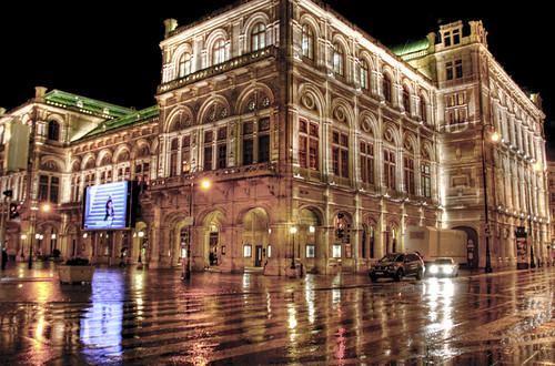 Vienna opera house at night. La opera de Viena por la noche