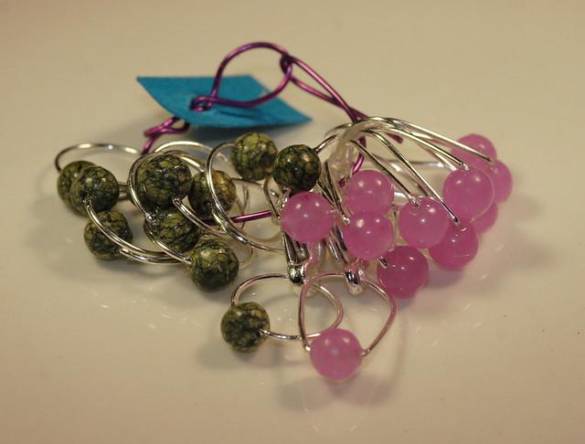 Nr. 189 - Jade, 10 stk. lys lilla ovale + Russisk serpentin, 10 stk. grønne runde, tynn sølvfarget wire, 6,5 mm + 2 kroker         IMG_3927