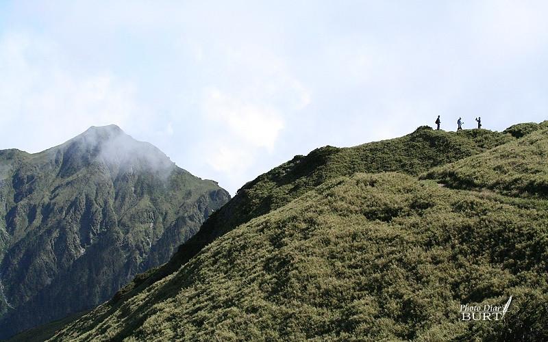 拍照的同伴們以及背景裏的奇萊山