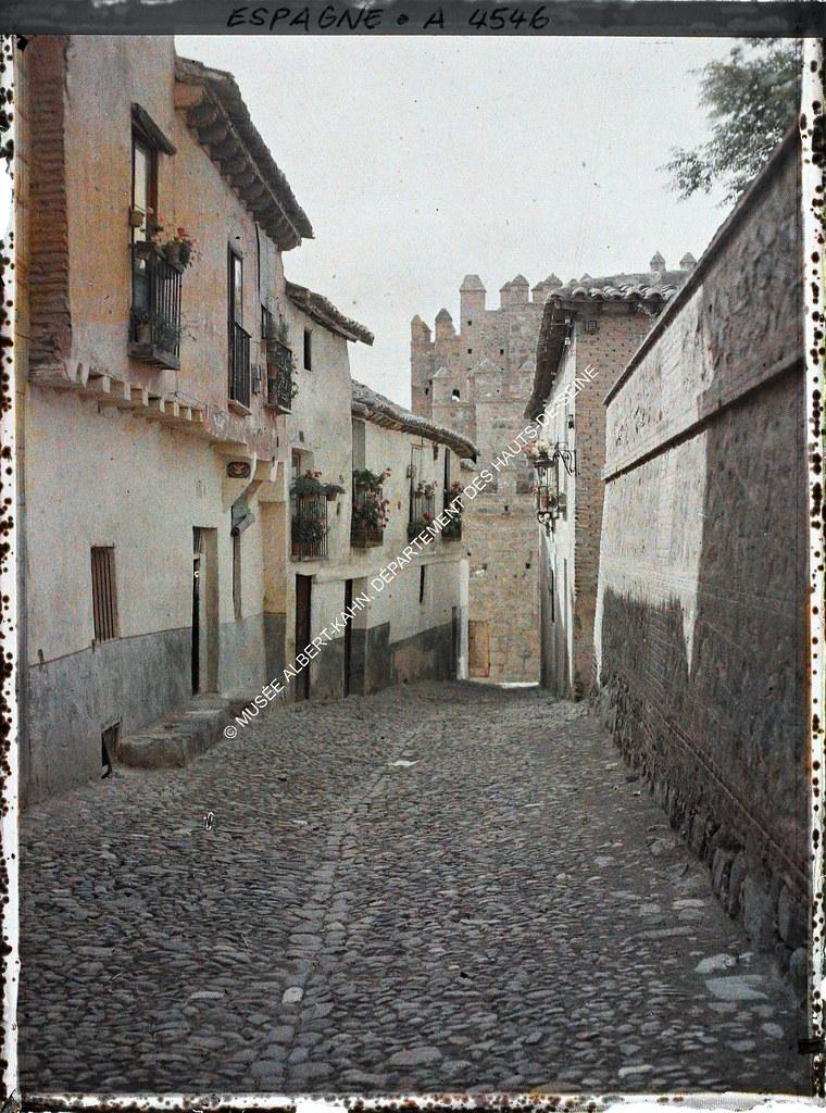 Calle que baja a la Puerta de Alfonso VI o Vieja de Bisagra entre el 15 y el 17 de junio de 1914. Autocromo de Auguste Léon. © Musée Albert-Kahn - Département des Hauts-de-Seine