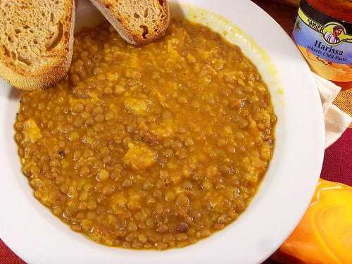 zuppa piccante di lenticchie e pane