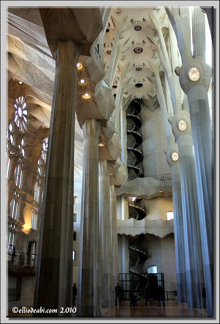 12 interior Sagrada Familia