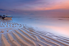 Baruna Sunrise (tropicaLiving - Jessy Eykendorp) Tags: light bali seascape beach nature sunrise canon reflections indonesia landscape sand sandy wave textures lee ripples filters 1022mm sanur baruna gnd canoneos50d shindu