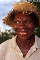 Uba - Minas Gerais - Brasil (Jurandir Lima) Tags: brazil portrait man minasgerais film southamerica brasil 35mm person pessoa nikon br retrato bra slide brazilian sorriso filme f5 homem brasileiro rosto cromo serto kodakektachrome simples sorrindo sertanejo humilde chapudepalha uba