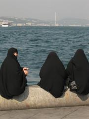 Cosa c' da guardare? (michelangelo ciminale) Tags: sea people woman canon turkey hijab burqa turchia carsaf
