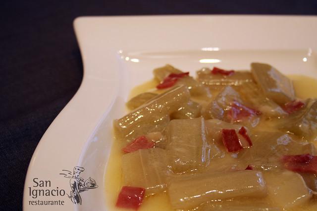 Cardo con ajitos y jamón, receta tradicional de Navarra, en el Restaurante San Ignacio de Pamplona