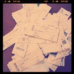 宝塚歌劇チケット半券のかたまり。いくらぶん見たんだろ。お名残りおしゅうございますが、ポイ。