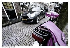 Fiets in Enkhuizen (BrinksFotografie) Tags: auto nikon fuji superia mini cooper coolscan f5 15mm enkhuizen ais fiets ved gracht roze straat straatleven fietstassen