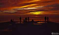 algunos piradozz (Lluís Ridao) Tags: barcelona españa color canon eclipse concert spain bcn playa colores pinkfloyd iso barceloneta asa platja matí horas hores pirats amanacer 50d roio voio sortidazz pirarozz