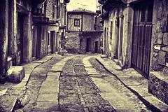 Calle de la Tienda (PUAROT) Tags: shadow españa photography calle spain nikon pueblo d70s sombra tienda salamanca fotografia diferente casas piedras paseando puertas irreal callejuela puarot