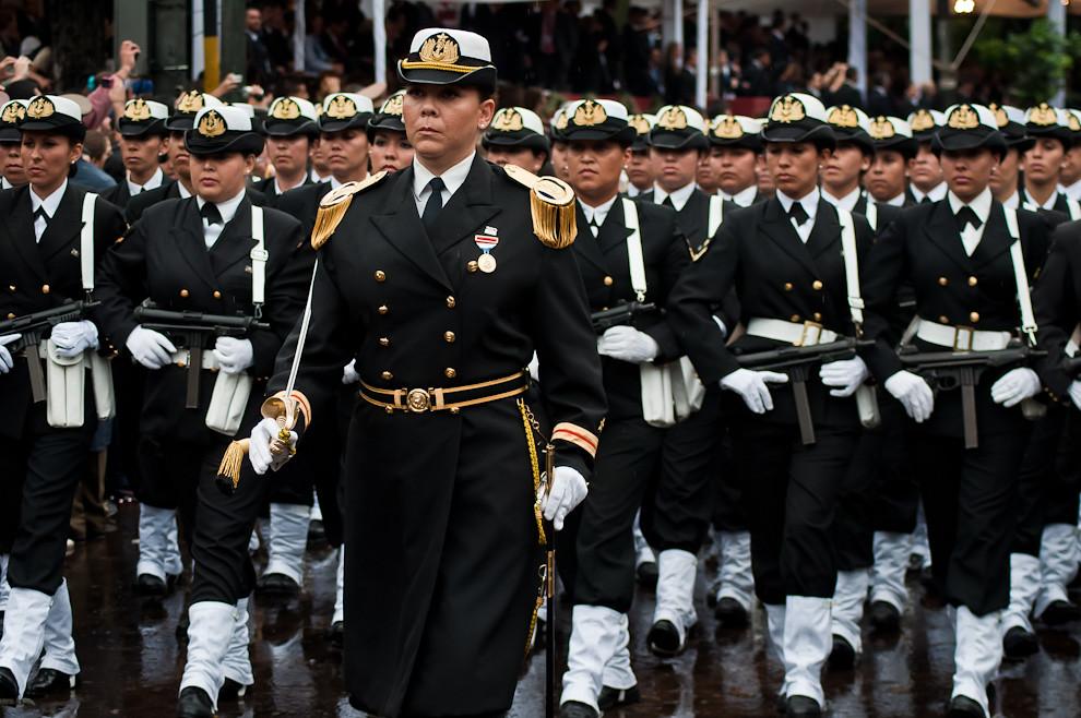 Escuadrón de Mujeres de la Armada Nacional desfila con gran esplendor el 14 de Mayo sobre la Avenida Mariscal López. Paraguay así como otros países ha incluido también mujeres al Ejército bajo los principios de equidad y la importancia para la Defensa de la Nación.  (Elton Núñez - Asunción, Paraguay)