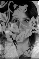 bianca (Lvia Cristina) Tags: portrait bw woman flower film window glass girl beautiful leaves vidro 35mm photography daylight casa blackwhite eyes kodak retrato mulher trix flor naturallight pb negative bonita garota janela beleza filme nophotoshop fotografia folha negativo manualfocus pretoebranco focomanual jovem 400iso decorado luznatural luzdodia
