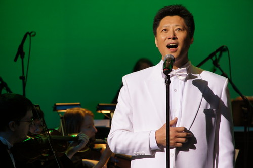 Jack Li singt an diesem Ort Far Far Away, Meets Fashion Opera und Symphony in Orient Expressione at River Rock Show Theatre, Vancouver International Model und Beauty Pageant